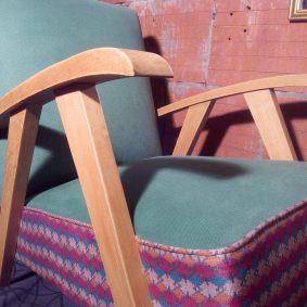 Fauteuil style scandinave 60'S refait intégralement. Tissu 100% coton vert et ethnique du Népal