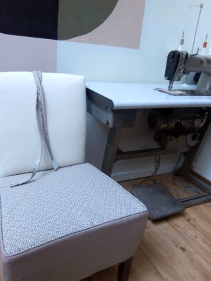 2-couture-passepoil-platebande-assise-en-cours-de-refection-tapisserie-d-ameublement-atmolybom-chauffeuse