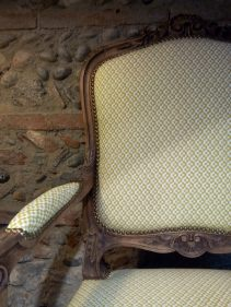 pose du tissu et clous de tapissier