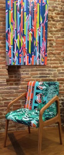 Photo et tableau derrière le fauteuil de David Defebvre