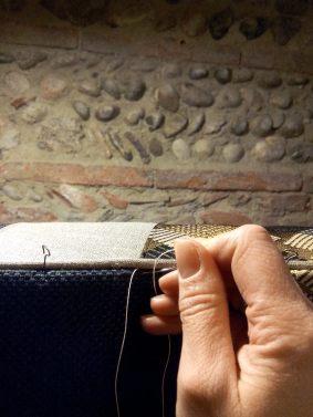 geste-tapissière-le-point-caché-fauteuil-atmolybom