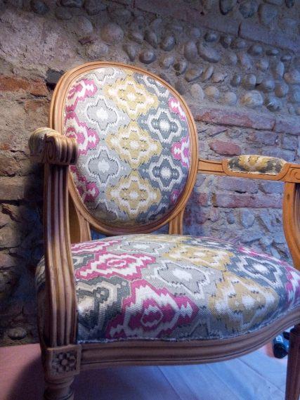 13-médaillon-pose-tissu-ensemble-fauteuil-restauration-complete-atmolybom